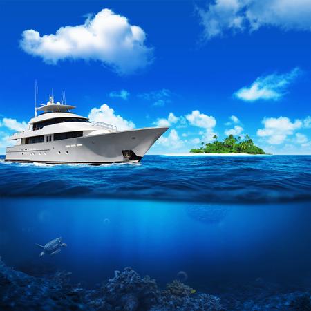 Biały jacht w morzu. Wyspa z palmami na horyzoncie. Turtle pod wodą. Zdjęcie Seryjne