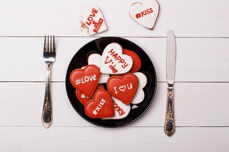 desayuno romantico: Galletas del coraz�n encuentran en un plato. d�a de San Valent�n
