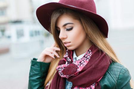 chaqueta de cuero: Primer plano retrato de una hermosa joven en un sombrero de moda y bufanda con estilo Foto de archivo