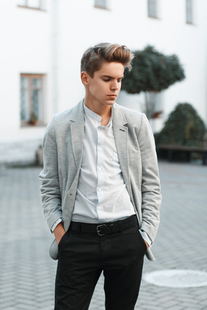 beau mec: Young handsome guy in stylish clothes