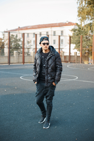Young stylish man in black clothes in autumn day Banque d'images