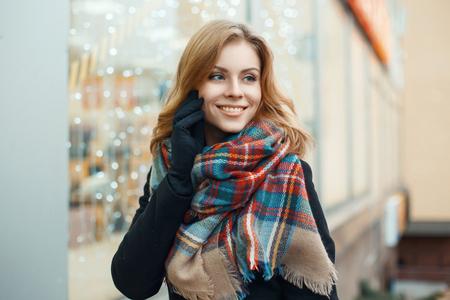 Mooie vrouw met een lieve glimlach maakt de kerstinkopen Stockfoto