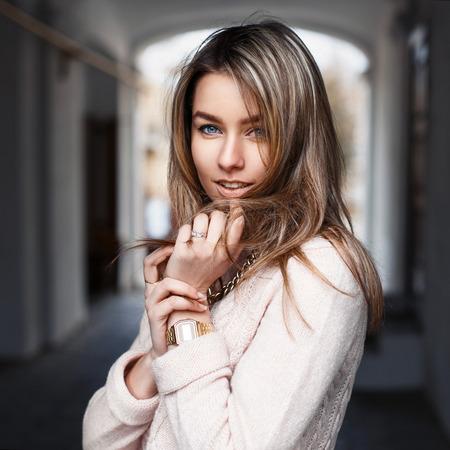 流行の服の若い美しい女性の屋外ポートレート