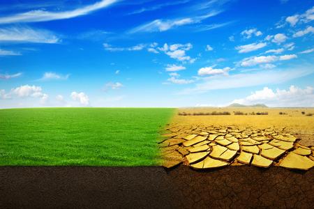sequias: Un Cambio Climático. Hermoso paisaje de una hierba verde y seca la tierra sequía extrema Foto de archivo