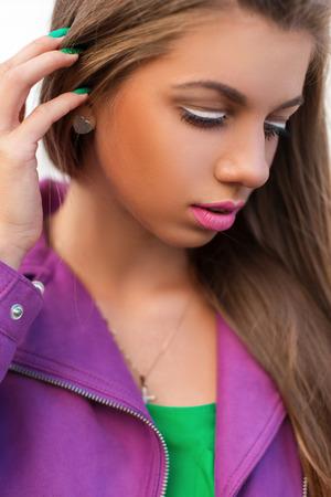 Helle Farbe Porträt einer schönen Frau mit rosa Lippen und eine Jacke an einem Sommertag