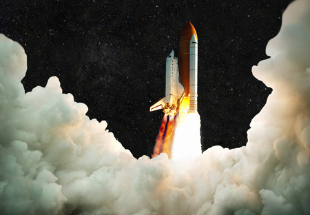 Ruimteschip neemt af in de ruimte. Raket vliegt op een achtergrond van de sterrenhemel Stockfoto