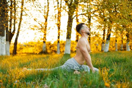 elasticidad: Man practicing yoga at sunset. Healthy lifestyle