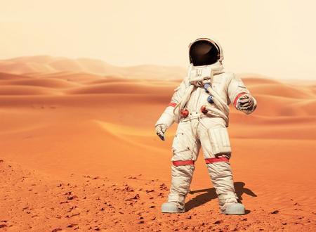 Man in een ruimtepak staande op de rode planeet Mars. Spaceman verovert een nieuwe planeet. Concept van de ruimte
