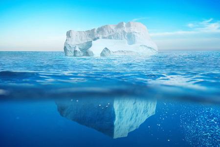Unterwasseransicht des Eisbergs mit schönem transparentem Meer. Verborgene Gefahr und globales Erwärmungskonzept