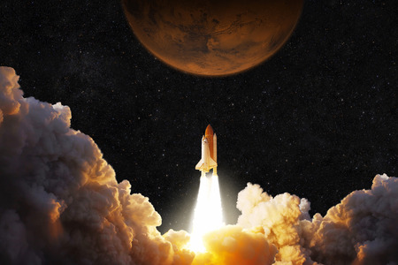 La navicella spaziale decolla nello spazio. Il razzo vola su Marte. Pianeta rosso Marte nello spazio
