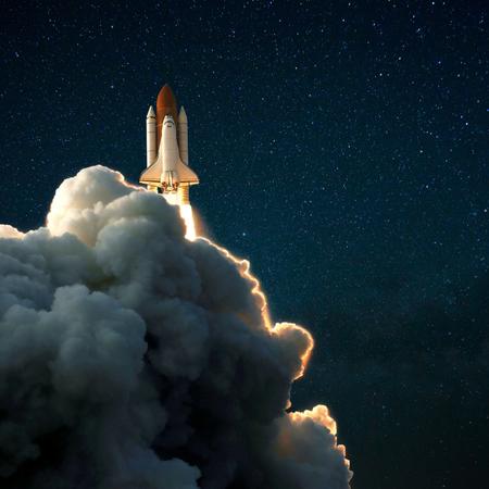 El transbordador espacial despega hacia el cielo estrellado, la nave espacial explora el espacio Foto de archivo