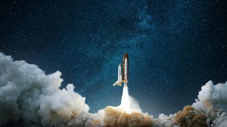 Le vaisseau spatial décolle dans le ciel étoilé. La fusée démarre dans l'espace. Concept Banque d'images