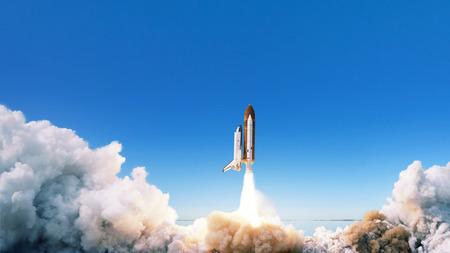 La nave espacial despega hacia el espacio. El cohete comienza en el cielo azul. Concepto de viaje
