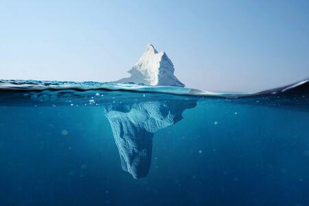 Iceberg dans l'océan. Belle vue sous l'eau. Réchauffement climatique. La fonte des glaciers. Concept de danger caché