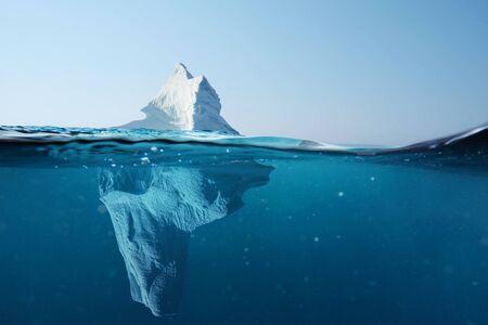 Eisberg im Ozean mit Blick unter Wasser. Kristallklarem Wasser. Versteckte Gefahr und Konzept der globalen Erwärmung