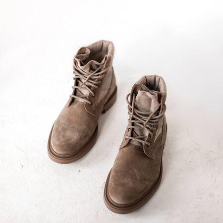 Modische Herren beige Frühlingsschuhe aus Wildleder auf weißem Hintergrund. Stilvolle saisonale Kollektion trendiger Schuhe für Herren. Retro-Stil. Nahaufnahme. Von oben betrachten. Standard-Bild