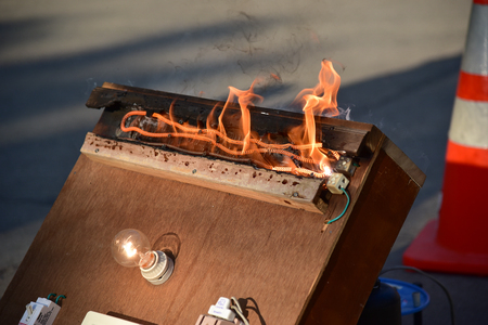 circuito electrico: Overloaded electrical circuit causing electrical short and fire..