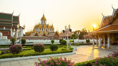 Wat Ratchanaddaram and Loha Prasat, Landmark of Bangkok city at sunset, Thailand Archivio Fotografico