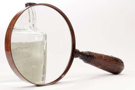 lupa: Peque�a botella visto a trav�s de una lupa