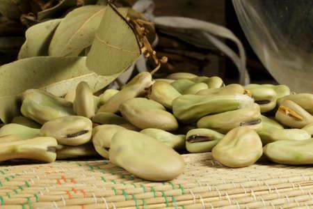 legumbres secas: Habas de la producci�n org�nica en proceso de secado