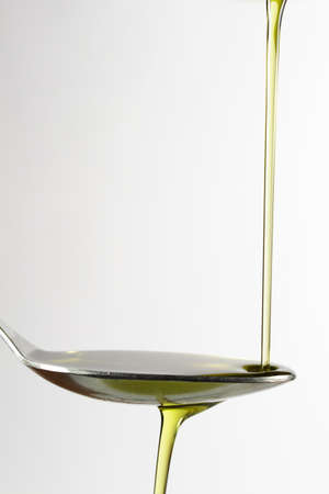 trickle: Trickle of extra-virgin olive oil on a spoon
