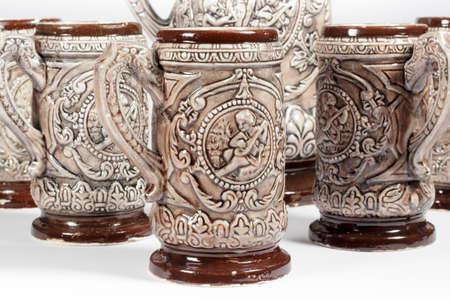 jarra de cerveza: Un conjunto de jarras de cerveza profusamente decorado en blanco Foto de archivo