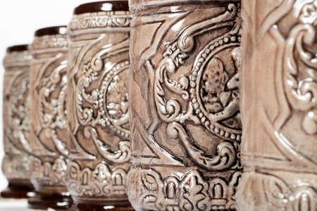 jarra de cerveza: Primer plano de jarras de cer�mica decorados colocados en fila