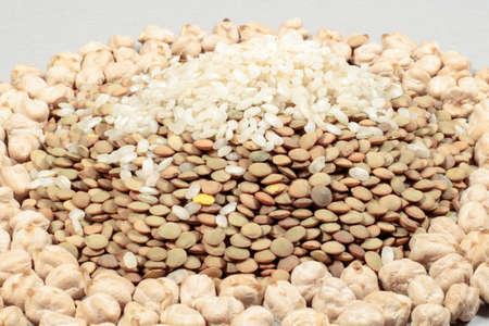 leguminosas: Un pu�ado de legumbres (lentejas y garbanzos) y granos de arroz Foto de archivo