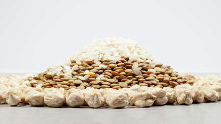 leguminous: A mound made with lentils and rice, surrounded by a ring of chickpeas Stock Photo