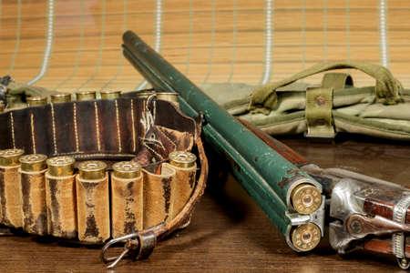fusil de chasse: Vieux fusil � double canon � c�t� d'une bo�te de cartouche Banque d'images