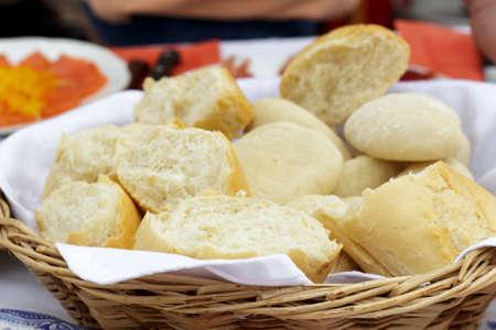 canasta de panes: La cesta de pan con varios tipos de pan blanco Foto de archivo