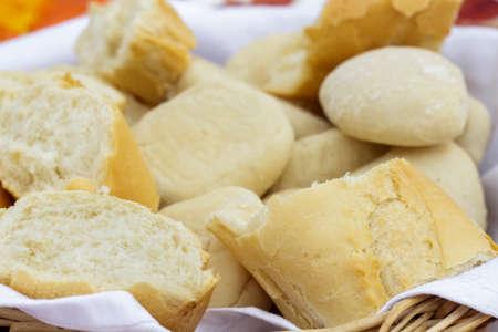 canasta de pan: Primer plano de la cesta de pan con varios tipos de pan blanco