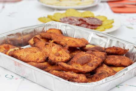lunch tray: Breaded chicken fillets in aluminium tray