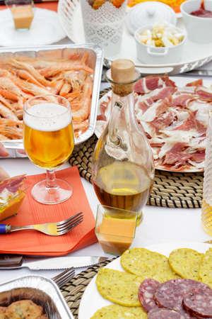 jarra de cerveza: Tarro de aceite de oliva junto a un vaso de cerveza y varios exponentes de la gastronom�a espa�ola