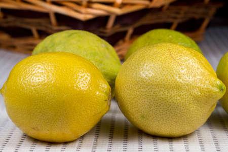 limon: Lemons in front of a wicker basket