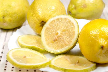 limon: Half lemon and slices beside several full lemons