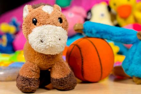 burro: Teddy burro presenta a la cámara, al lado de mono azul que está jugando al baloncesto