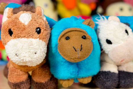 burro: burro de peluche, mono azul y vaca rellena presenta a la c�mara. Amistad Foto de archivo