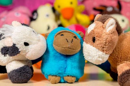 burro: Mono de peluche azul abraz� al burro de peluche y la vaca. Amistad.