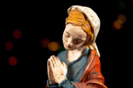 estrella de belen: Detalle de la Virgen María con las estrellas de colores en el fondo. Figuras de la escena de la Natividad. Tradiciones navideñas.