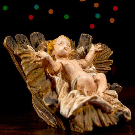 estrella de belen: Detalle del Cristo ni�o en la cuna. Figuras de la escena de la Natividad. Tradiciones navide�as.