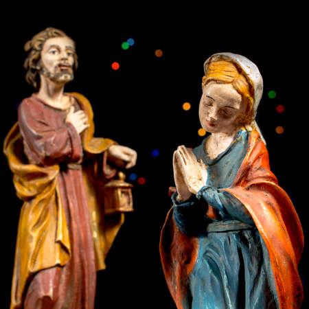 estrella de belen: María Virgen y San José con estrellas de colores en el fondo. Figuras de la escena de la Natividad. Tradiciones navideñas.