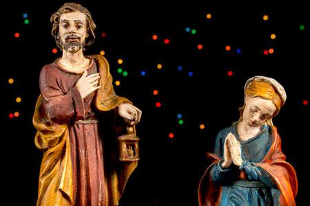 estrella de belen: San Jos� y de Mar�a Virgen con estrellas de colores en el fondo. Figuras de la escena de la Natividad. Tradiciones navide�as. Foto de archivo