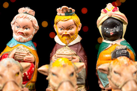 estrella de belen: Los Tres Reyes Magos con estrellas de colores en el fondo. Figuritas de escena de la Natividad. Tradiciones navideñas.