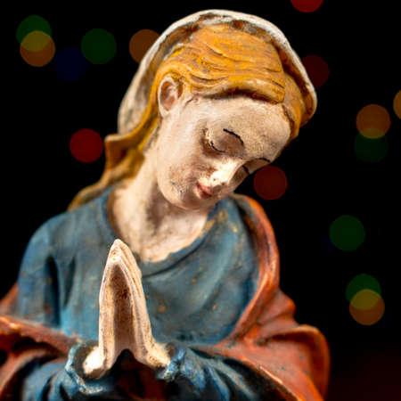 estrella de belen: Primer plano de la Virgen María con las estrellas de colores en el fondo. Figuras de la escena de la Natividad. Tradiciones navideñas.