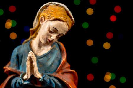 estrella de belen: Detalle de la Beata María Virgen con estrellas de colores en el fondo. Figuras de la escena de la Natividad. Tradiciones navideñas. Foto de archivo