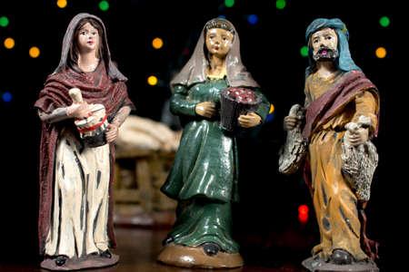 estrella de belen: Figuritas de escena de la Natividad. Pastores en la adoración del niño. Tradiciones navideñas. Foto de archivo