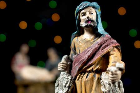 estrella de belen: Pastor en la adoración del niño. Figuritas de escena de la Natividad. Tradiciones navideñas.