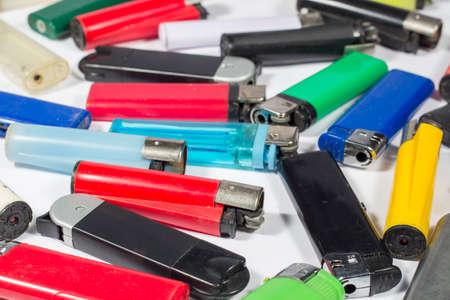 encendedores: Encendedores de diferentes tipos y colores
