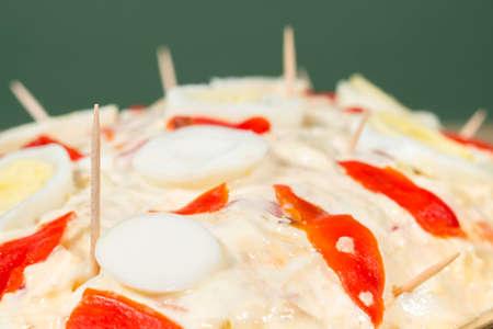 ensaladilla rusa: ensalada Olivier (también conocido como ensalada de Rusia) cubierto por la mayonesa